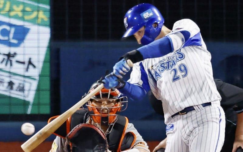 3回DeNA2死二、三塁、伊藤光が右中間に勝ち越しの2点三塁打を放つ。捕手大城(28日、横浜)=共同