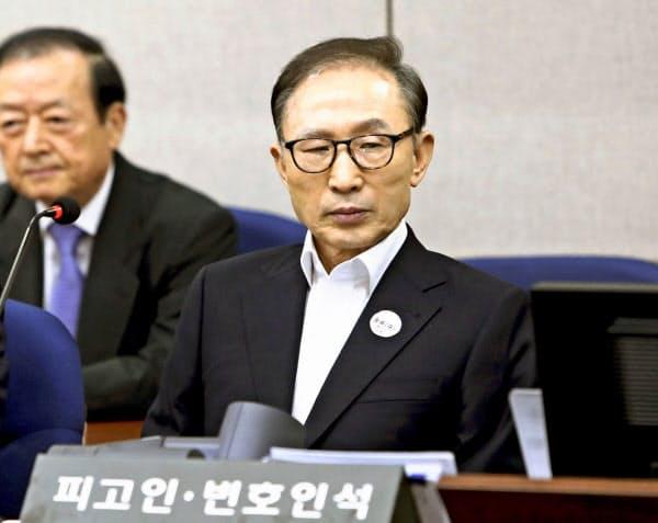 2018年5月、初公判で被告席に座る韓国の李明博元大統領=共同