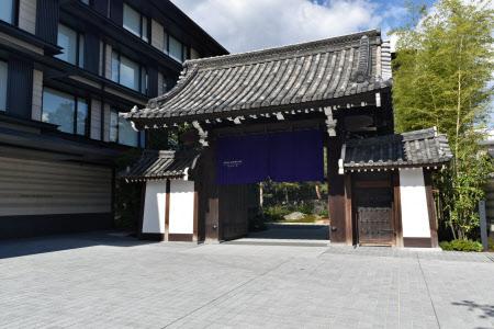 入り口に長年受け継がれてきた梶井宮門を移設した