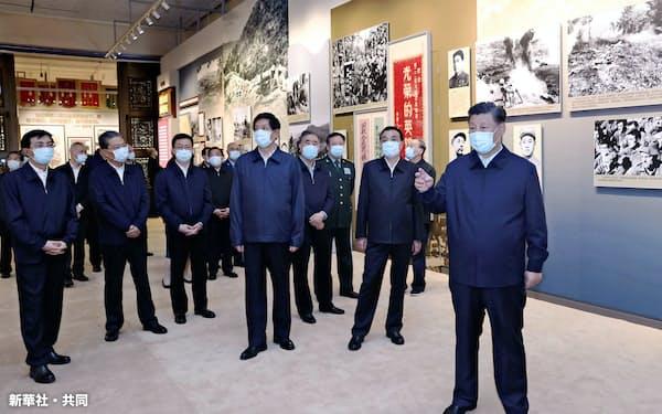 習近平国家主席(右端)は後継者を指名せず、長期政権に布石を打つ(19日、北京)=新華社・共同