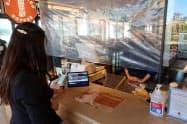 日立の横浜事業所内のカフェで指静脈認証を使ったキャッシュレス決済を導入