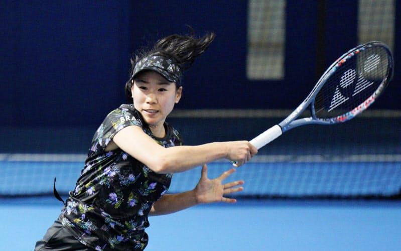 女子シングルスで穂積絵莉に競り勝ち、8強入りした日比野菜緒(29日、東京有明テニスの森公園)=共同