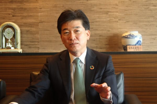 インタビューに応じる静岡銀行の柴田久頭取(29日、静岡市)