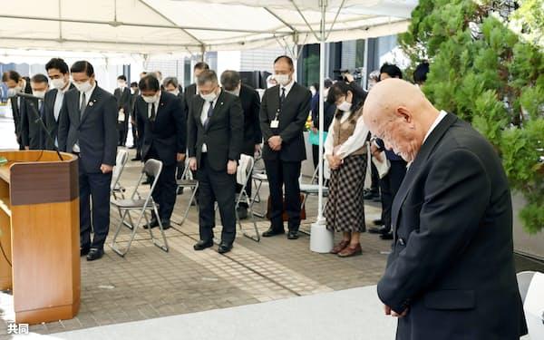 厚労省で開かれた追悼式典で黙とうする、ハンセン病違憲国賠訴訟全国原告団協議会の竪山勲事務局長(手前)ら(29日午前)=共同