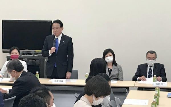 自民党の岸田前政調会長(左から2番目)と野田幹事長代行が議員連盟を立ち上げた(29日、国会内)