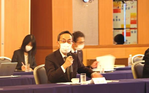 東北大学のスタートアップ支援策について発表する大野学長(29日、福島市)