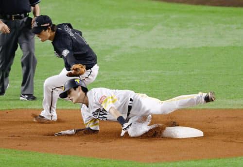 1回ソフトバンク無死一塁、打者中村晃のとき、二盗を決める周東。遊撃手藤岡。プロ野球新記録となる12試合連続盗塁を達成した(29日、ペイペイドーム)=共同