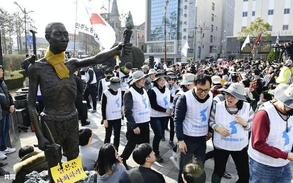 現在の冷えきった日韓の外交関係は2年前の韓国大法院の徴用工判決が起点になっている。韓国・釜山の日本総領事館の近くにある公園前の歩道に置かれた徴用工像(3月)=共同