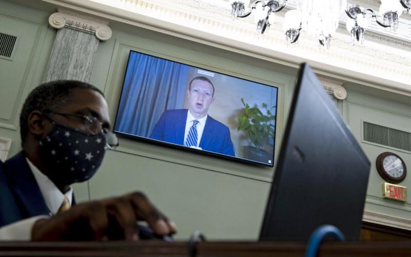 米議会上院の公聴会にオンラインで出席したフェイスブックのザッカーバーグCEO(奥)=28日、ワシントン(ゲッティ=共同)