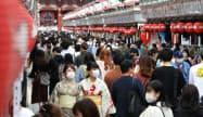 「Go To トラベル」に東京が加わった最初の週末、浅草は観光客でにぎわった(3日、東京都台東区)