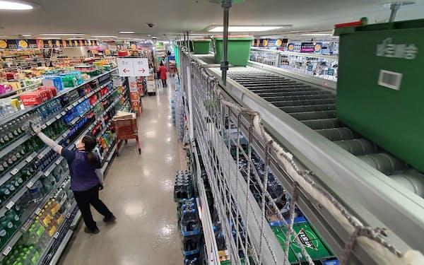 ネットで受注した商品は、売り場からピックアップされ天井のレーンを通って次々と配送トラックに積み込まれる(ソウル郊外のロッテマート中渓店)