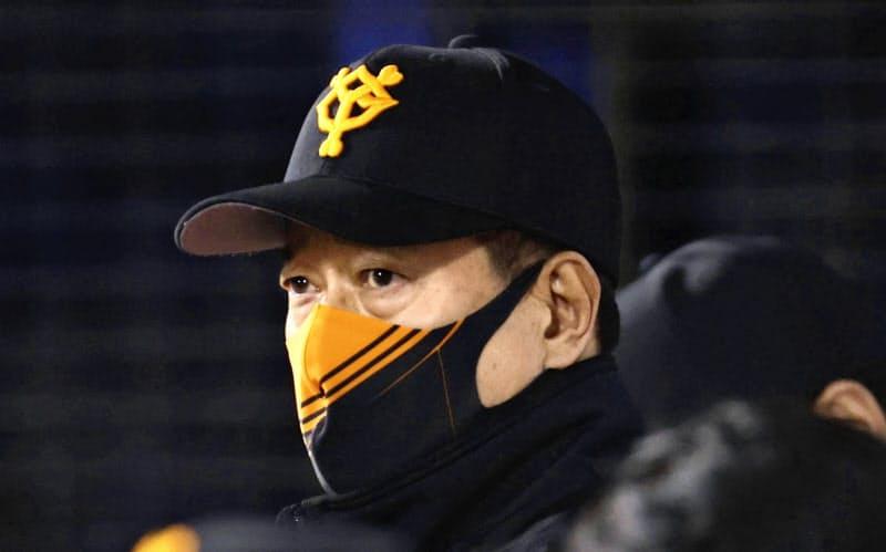 8回、ベンチから劣勢の試合展開を見つめる巨人・原監督(29日、横浜)=共同