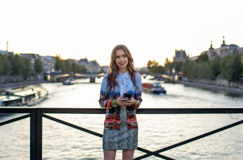 ネットフリックスは会員数の多い米国で月1~2ドルの値上げに踏み切る(写真は10月に配信したドラマ「エミリー、パリへ行く」)