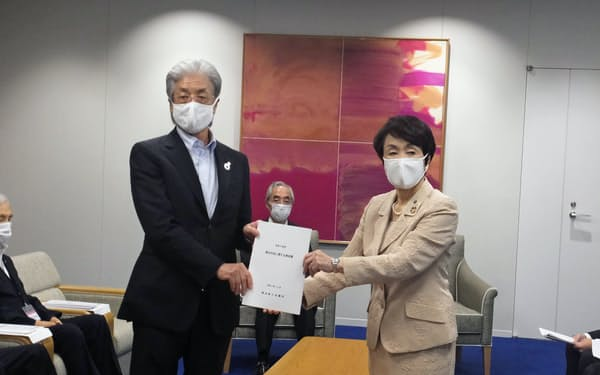要望書には東京五輪・パラリンピックの成功に向けた取り組みも盛り込んだ(30日、横浜市役所)