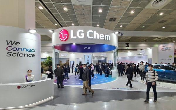 電池見本市でLG化学は自社のEV電池の性能をアピールした(23日、ソウル市)