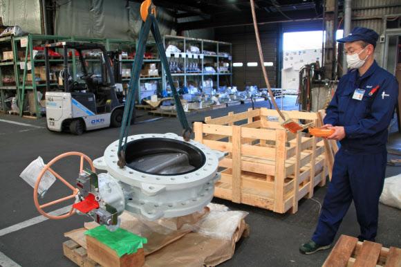 円盤を回転させて流量を制御するバタフライバルブが主力(滋賀県日野町の本社工場)