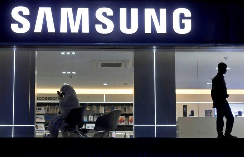 韓国サムスン電子はインドでのスマホ出荷が伸び世界シェアは1位に返り咲いた(ニューデリーの販売店)=ロイター