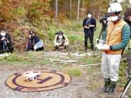 ドローンで上空から撮影した山の斜面の画像を人工知能が解析し、苗木を抽出する。