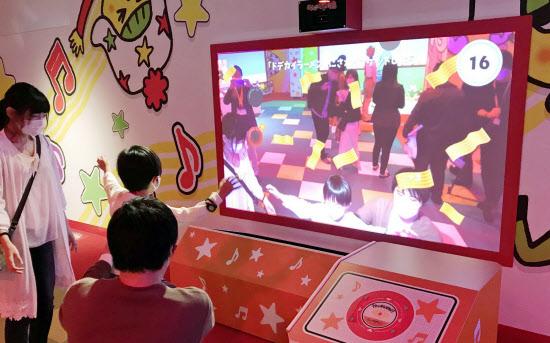 親子で楽しめる映像アトラクションが登場する(29日の内覧会、大阪市)