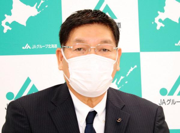 記者会見する篠原会長(30日、札幌市)