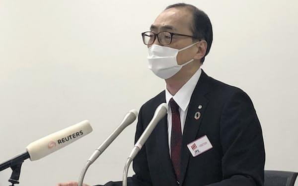 都内で会見するJALの菊山英樹取締役