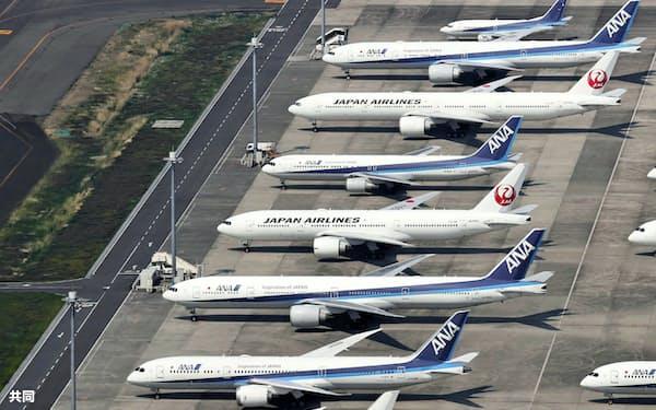 航空各社は売上高が前期比半減以下になる未曽有の逆風に直面(写真は羽田空港に駐機する各社の機材)