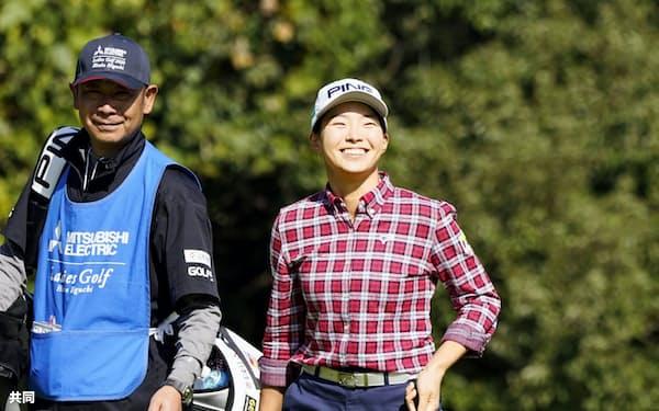 女子ゴルフの樋口久子・三菱電機レディース第1日、8番でホールインワンを達成し笑顔の渋野日向子=共同