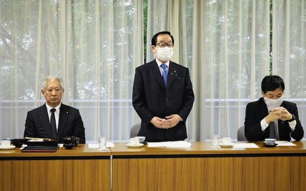 千葉県選出の自民党国会議員団らが30日開いた会議であいさつする渡辺博道県連会長(中央、自民党本部)