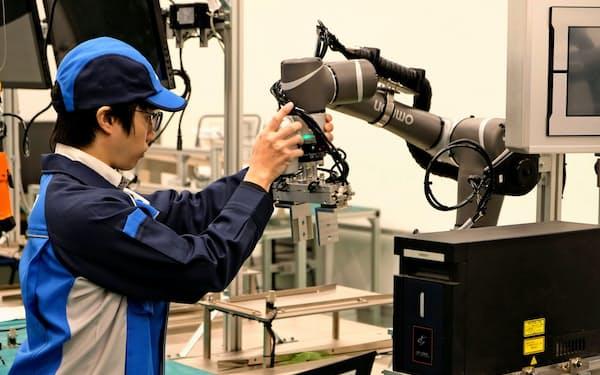 オムロンは世界37カ所の「オートメーションセンター」に顧客を招き、生産ラインを再現する