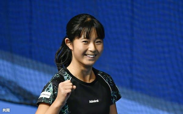 女子シングルスで4強入りを果たし、笑顔でガッツポーズする佐藤久真莉(30日、有明テニスの森公園)=共同