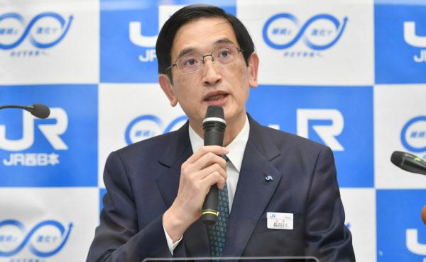 記者会見するJR西日本の長谷川一明社長(30日、大阪市北区)