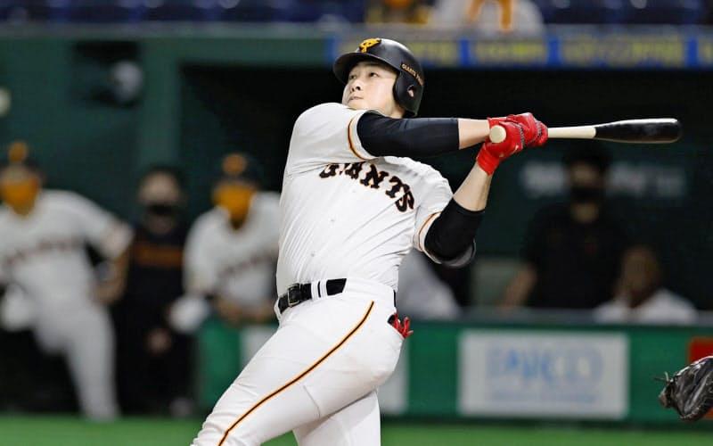 豪快なスイングとともに、今季は右方向への本塁打が目立った(9月)=共同