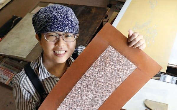 那須さんは繊細で美しい柄を彫る技に魅せられ、職人に転じた