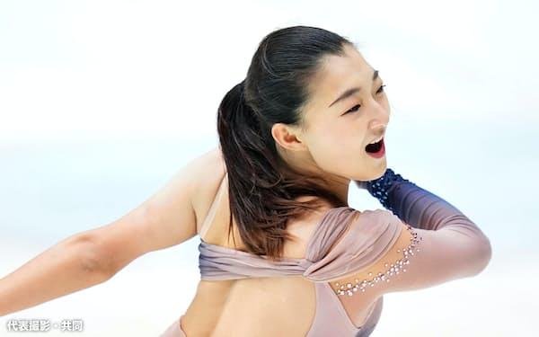 女子SP 演技する坂本花織(30日、京都アクアリーナ)=代表撮影・共同