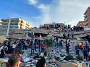 トルコ西部で30日に発生した地震で崩壊した建物=ロイター