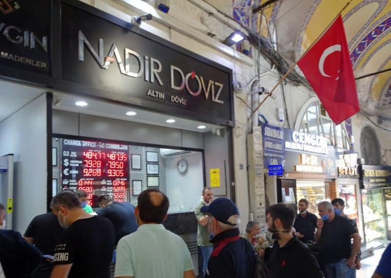トルコリラは下落が続く(10月、イスタンブールの両替店)