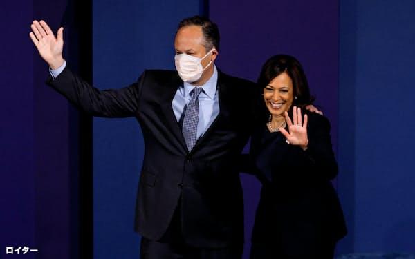 米民主党副大統領候補ハリス氏の夫ダグさん(左)=ロイター