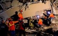 30日夜になっても救助活動が続くトルコ・イズミルの被災現場=ロイター