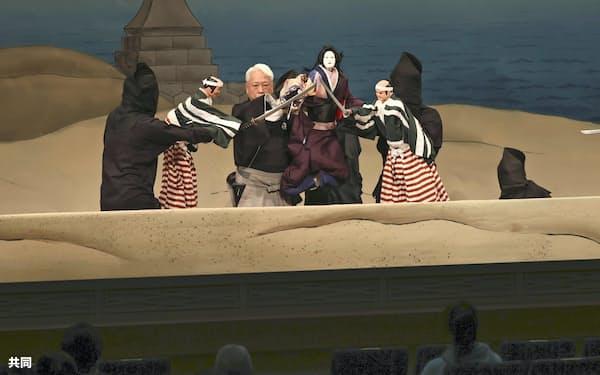 約9カ月ぶりに国立文楽劇場で再開した人形浄瑠璃文楽の公演(31日午前、大阪市)=共同