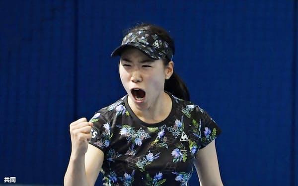 女子シングルス準決勝 ポイントを奪いガッツポーズする日比野菜緒(31日、有明テニスの森公園)=共同
