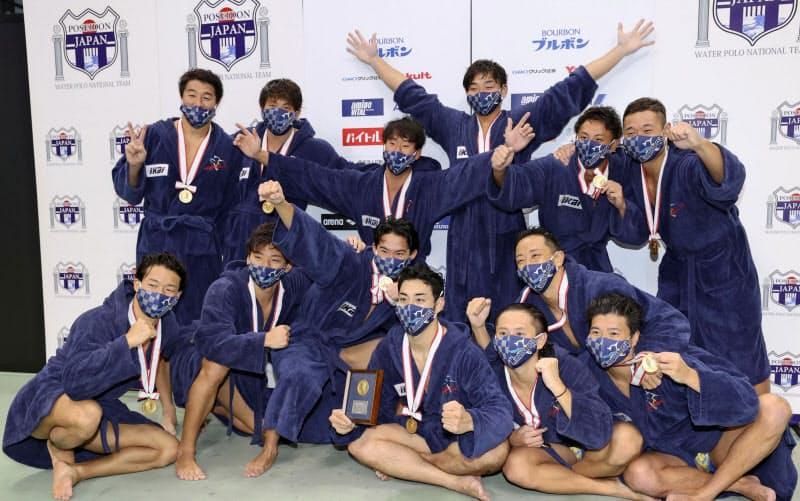 男子で2年連続4度目の優勝を果たし、記念写真に納まるKingfisher74の選手ら(31日、東京辰巳国際水泳場)=共同