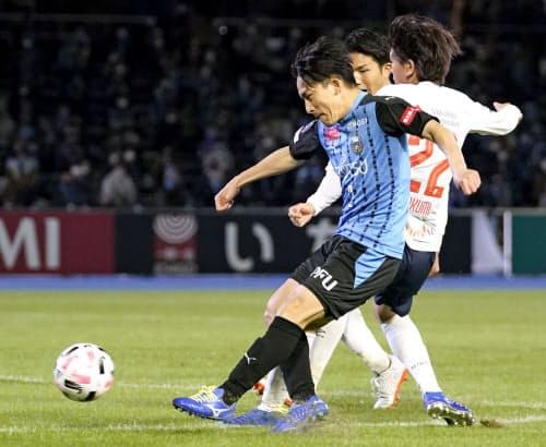 川崎―FC東京 後半、シュートを放つ川崎・登里(31日、等々力)=共同