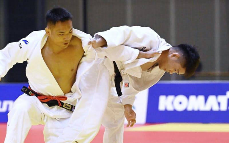 男子73キロ級で海老沼(左)を破り優勝した原田