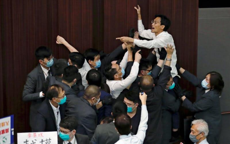 5月の立法会の審議混乱をめぐり民主派が逮捕された=ロイター