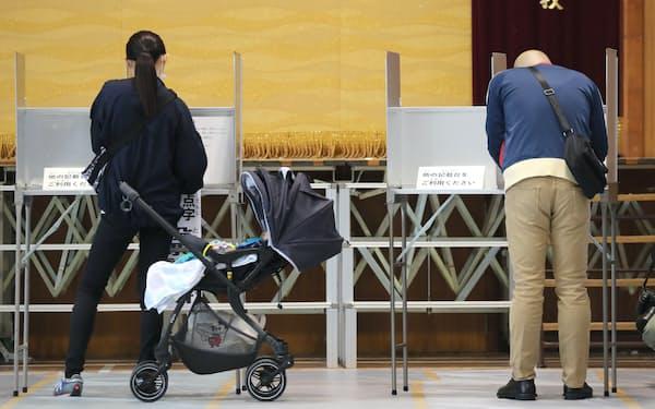 投票所で賛否を記入する有権者(1日、大阪市都島区)