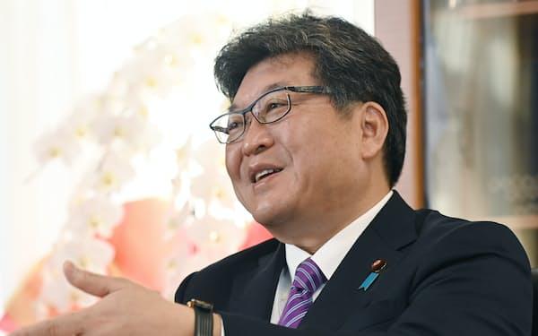 インタビューに応じる萩生田文科相(22日、東京・霞が関)