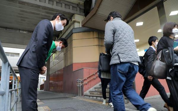 住民投票から一夜明け、地元の駅前に立つ大阪維新の会の藤田市議(左)(2日午前、大阪市港区)