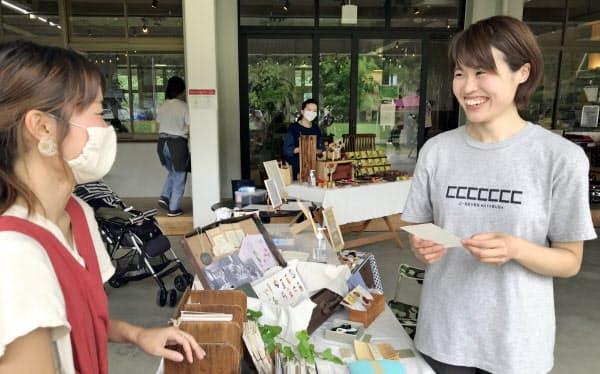 諸岡さん(右)は東京の大学を出てイナカで成長をめざす(隼ラボの日曜マーケットで)