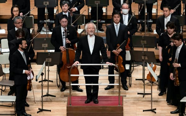 カーテンコールに立つ指揮者の鈴木雅明(17日、東京都渋谷区のNHKホール)=NHK交響楽団提供