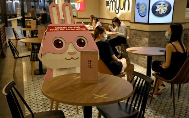 マレーシアのとあるレストランではうさぎのキャラクターを使ってソーシャルディスタンスを確保している(7月、クアラルンプール)=ロイター